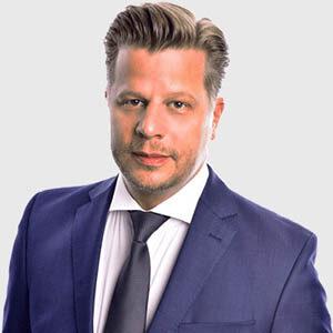 Porträt Alex Fischer im blauem Anzug